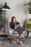 Schommelstoel Marva fauteuil grijs stof sfeer